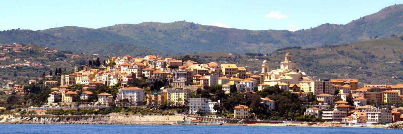 Porto Maurizio vom Meer aus. Ferienhaus in Ligurien mit Blick auf das Meer. Auf dem Colle Lupi bei Dolcedo.