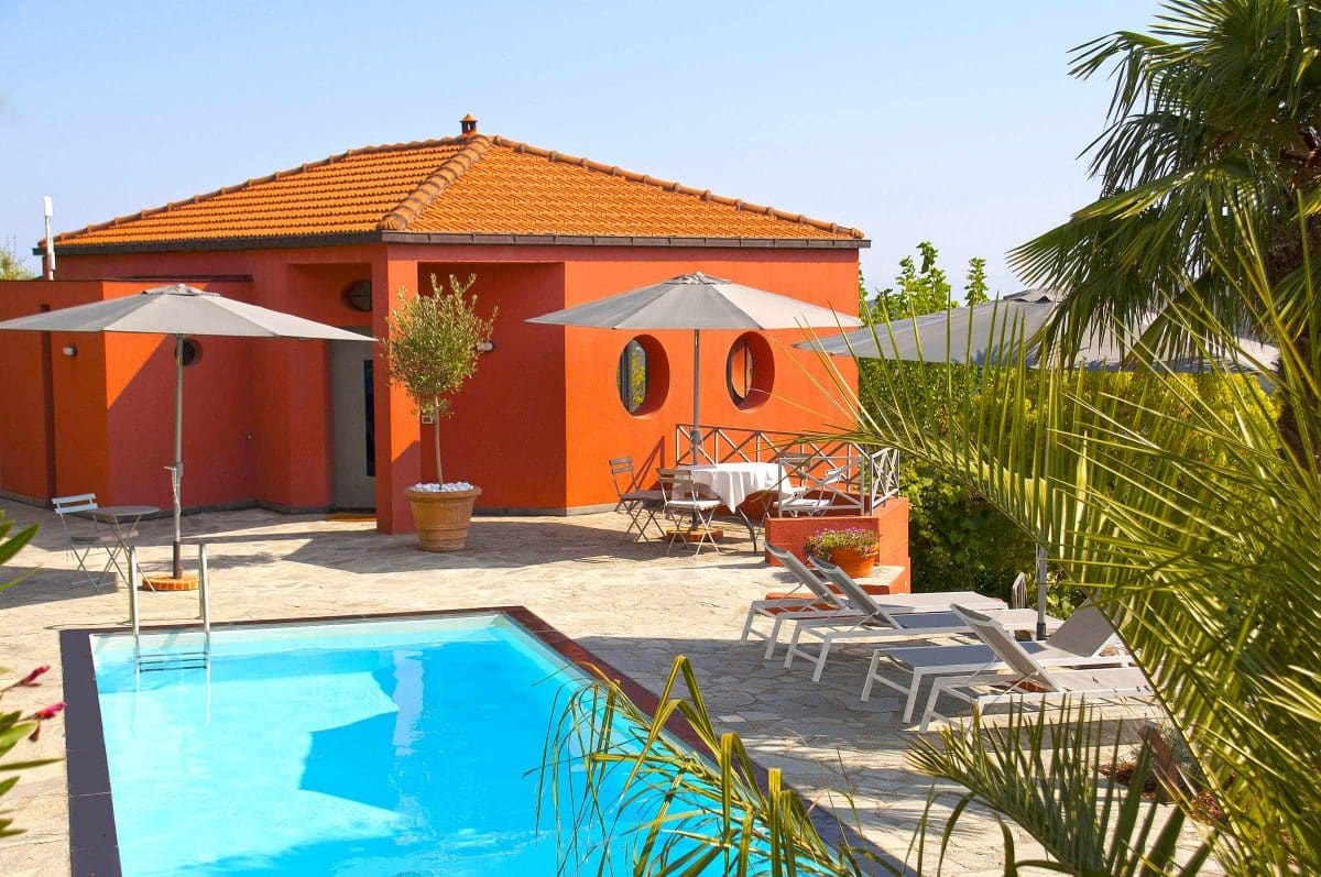 Blick auf den Pool. Casa Rossa. Ferienhaus in Ligurien mit Blick auf das Meer. Auf dem Colle Lupi bei Dolcedo.