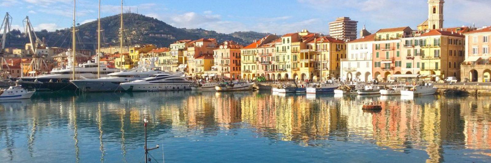 Der alte Hafen von Oneglia mit Yachten und Fischerbooten.