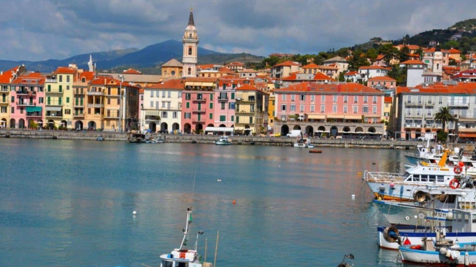 Blick auf den leeren Hafen von Oneglia