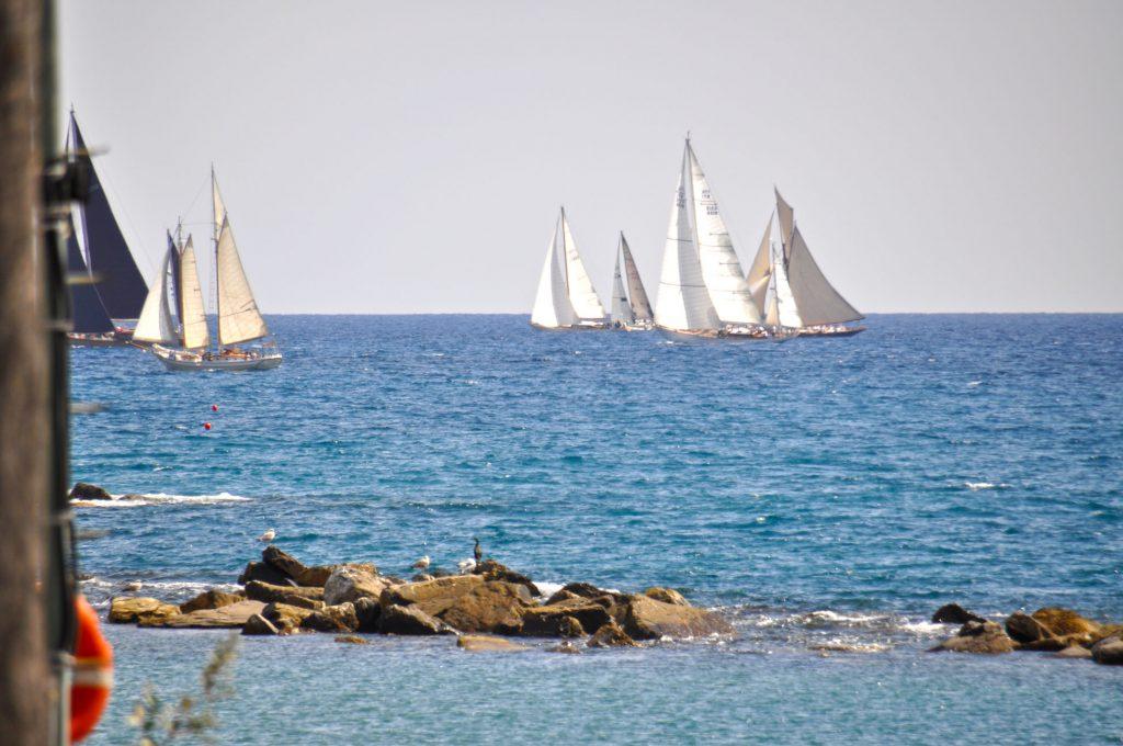 Navi a vela nella baia di Imperia. Pieno al vento cavalcano regata. Case vacanze in Liguria