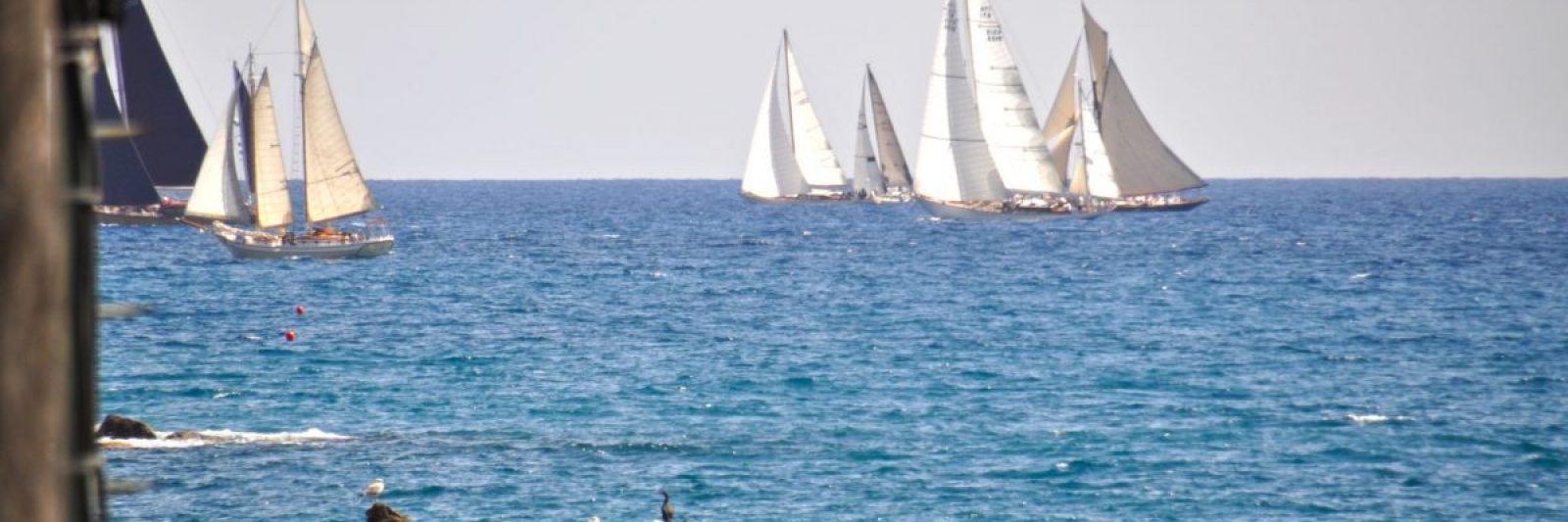 Segelschiffe in der Bucht von Imperia. Voll am Wind fahren sie Regatta. Ferienhaus in Ligurien