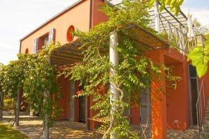 Pergola und Terrasse. Casa Rossa. Ferienhaus in Ligurien mit Blick auf das Meer. Auf dem Colle Lupi bei Dolcedo.