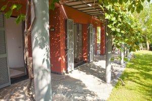 Pergola und Garten. Casa Rossa. Ferienhaus in Ligurien mit Blick auf das Meer. Auf dem Colle Lupi bei Dolcedo.