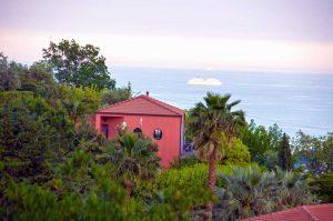 Haus von aussen mit Blick zum Meer. Casa Rossa. Ferienhaus in Ligurien mit Blick auf das Meer. Auf dem Colle Lupi bei Dolcedo.
