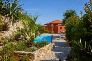 Blick auf den Pool und Garten. Casa Rossa. Ferienhaus in Ligurien mit Blick auf das Meer. Auf dem Colle Lupi bei Dolcedo.