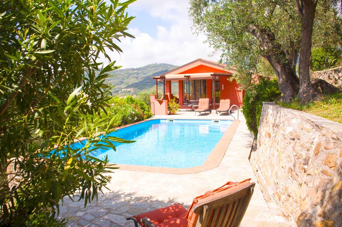 Vue de la piscine et de la maison. Casa Luce maison de vacances en Ligurie surplombant la mer. Sur la Colle Lupi près de Dolcedo.