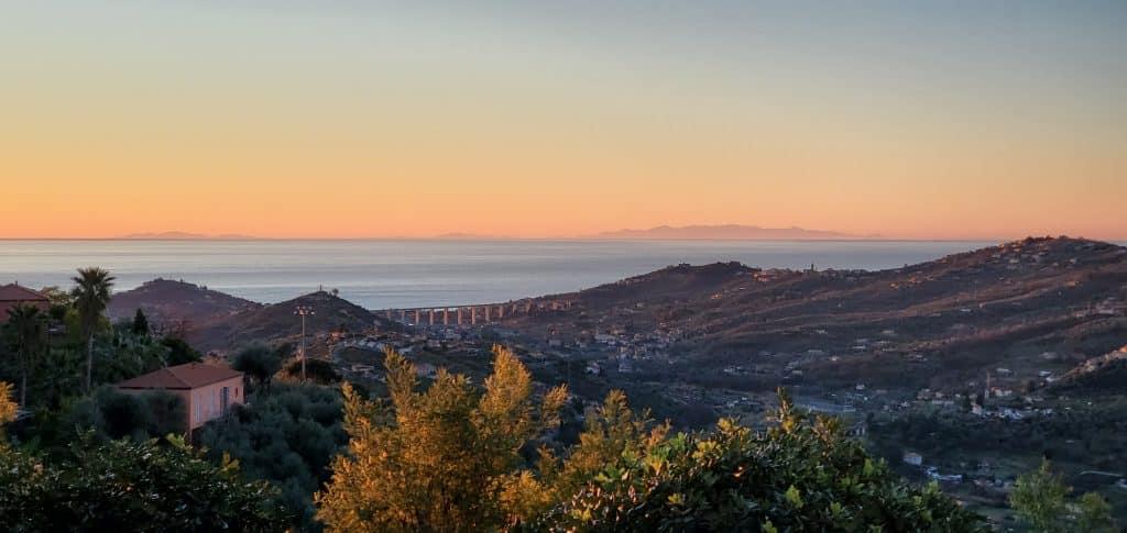 Vista della Corsica all'alba